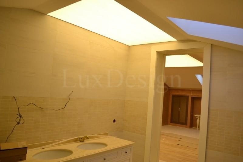 Натяжной потолок в ванной полупрозрачный.JPG