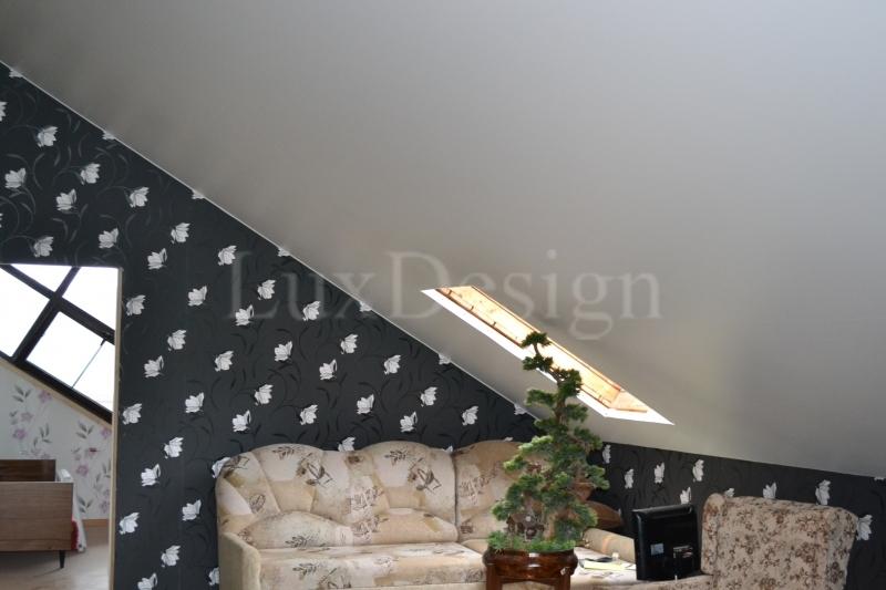 Натяжной потолок в мансарде с окном.JPG