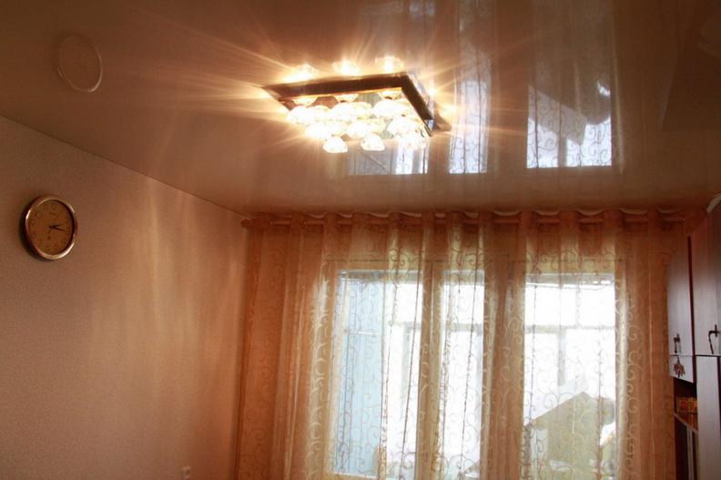 фото натяжных потолков в зале_14.jpg