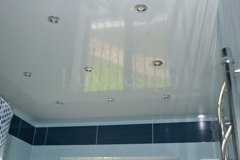 Натяжной потолок в ванной цветной.JPG