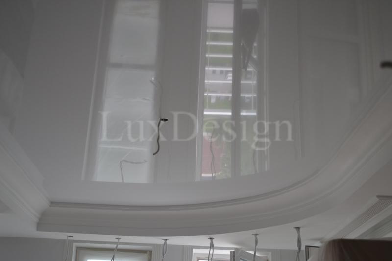 Натяжные потолки в гостиной вствка в гипсовой лепнине.JPG