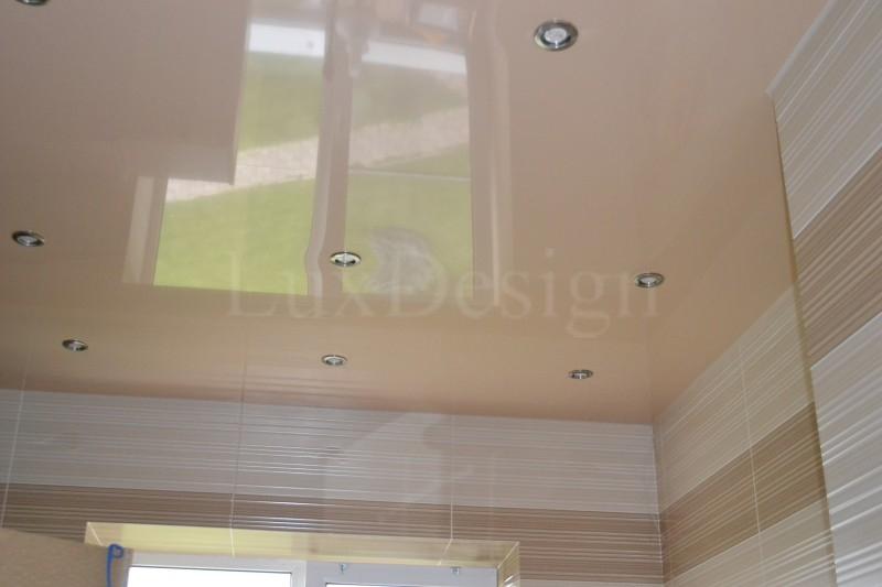 Натяжной потолок в ванной бежевый.JPG
