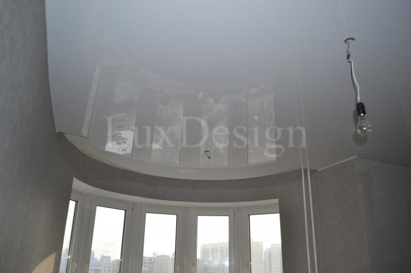 Натяжные потолки в гостиной белый глянец.JPG