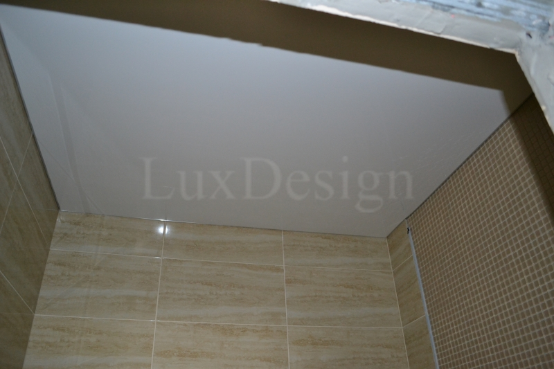 Белый натяжной потолок в ванной.JPG