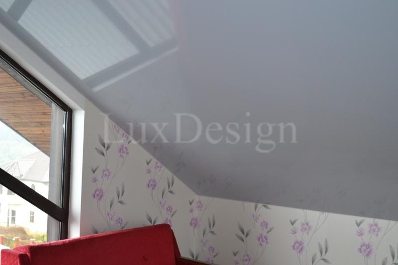 Натяжной потолок в мансарде сиреневый.JPG