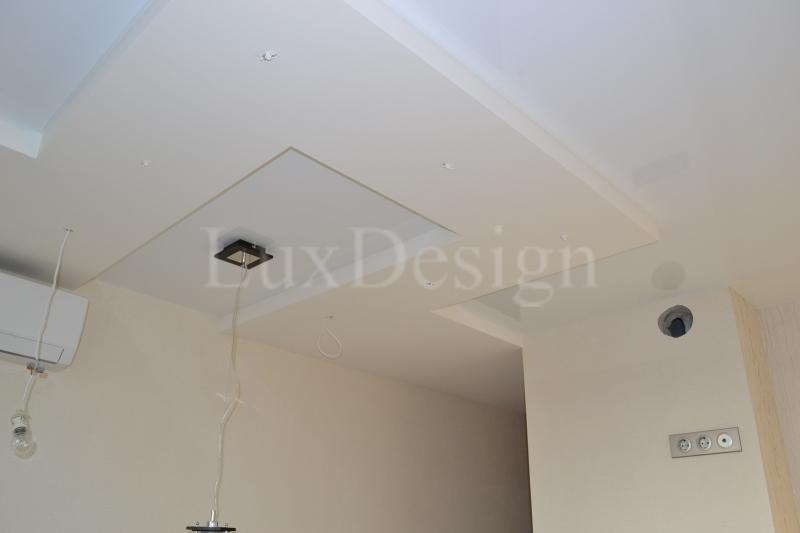 комбинированные натяжные потолки на кухне.JPG