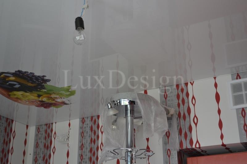 Натяжные потолки на кухне белый гленец.JPG