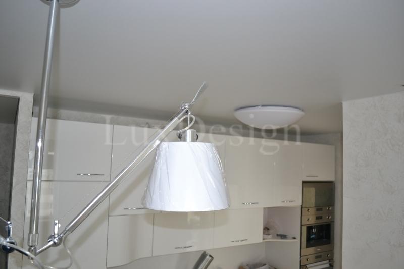 сатиновый натяжной потолок на кухне.JPG