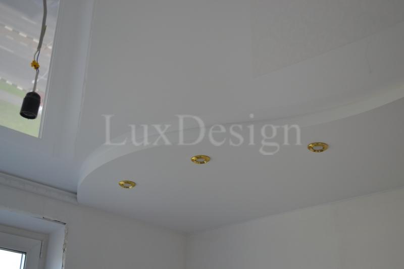 Белый двухуровневый натяжной потолок.JPG