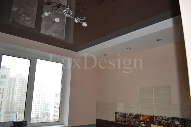 натяжной потолок на кухне коричневый глянец.jpg
