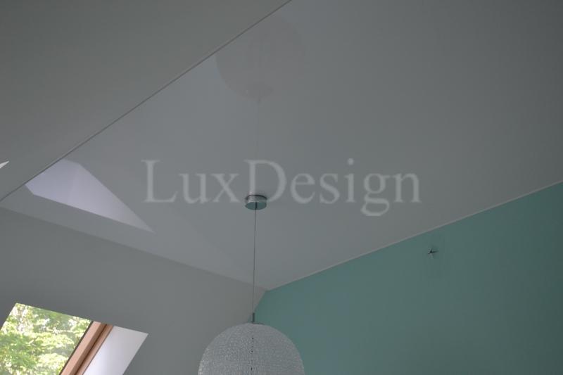 Натяжной потолок в мансарде белый  глянцевый.JPG