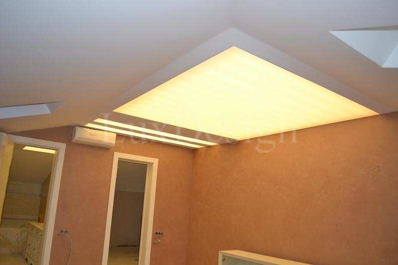 Светодиодные натяжные потолки в мансардном этаже.JPG