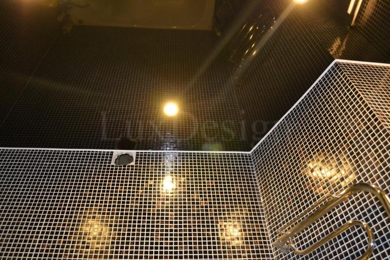Натяжной потолок в ванной черный глянец.jpg
