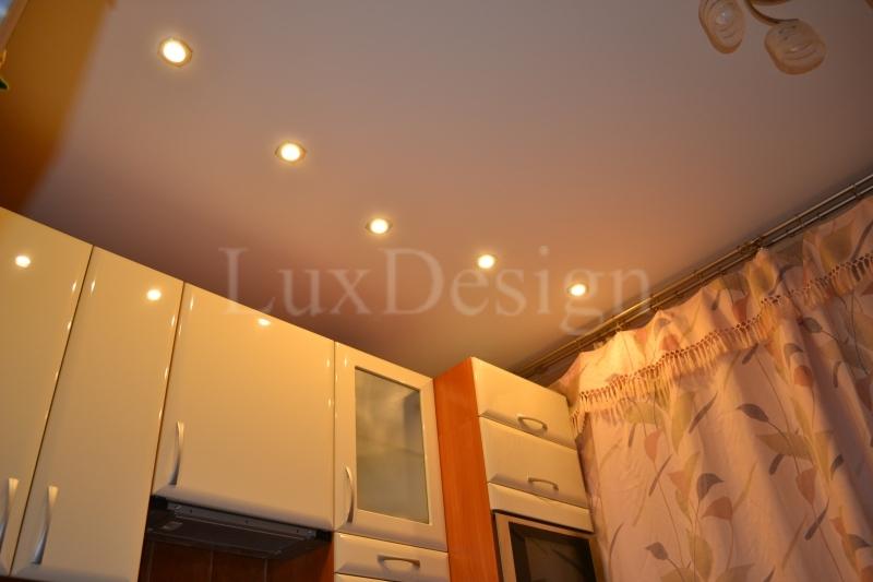 матовый натяжной потолок на кухне.JPG