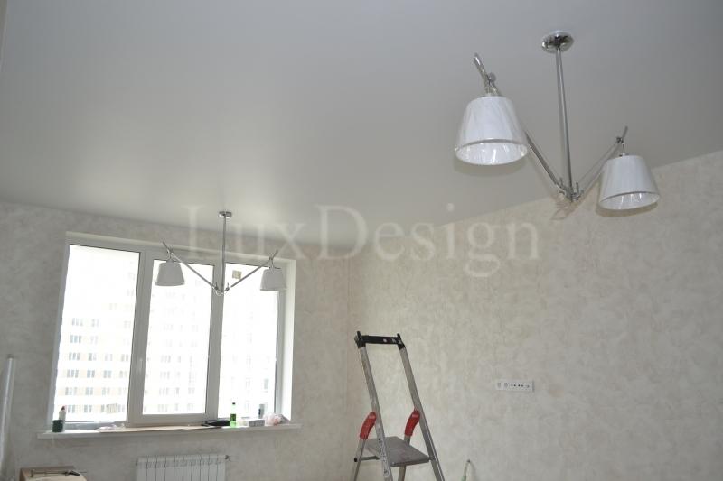 Натяжные потолки в гостиной белый сатиновый.JPG