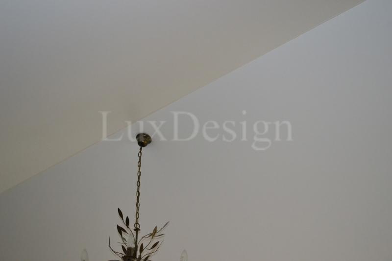 Натяжные потолки матовые в мансардном этаже.JPG