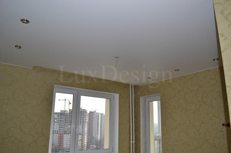 Натяжной потолок в спальне с нишей под карниз.jpg